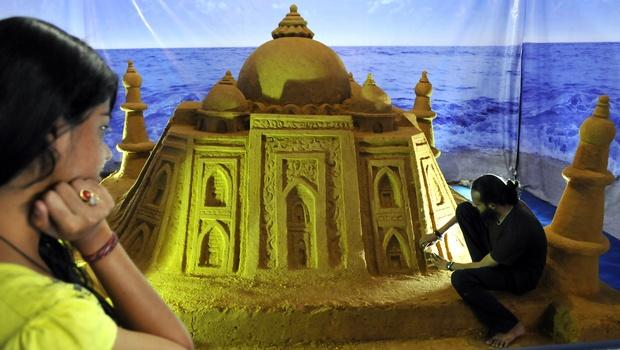 Sand Sculpture of Taj Mahal Draws Crowds